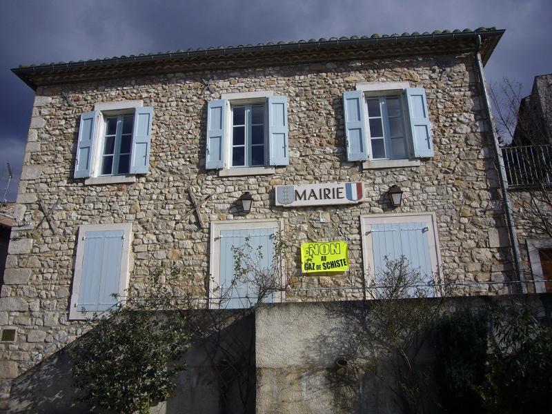 La mairie de Rochegude affiche «Non» au gaz de schiste@libre fan et miloune, Licence libre Creative Commons By-SA