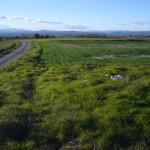 Plaine verdoyante, village, montagnes bleues