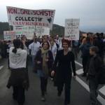 Des gens de Valvignères avec banderole