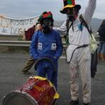 Deux bonshommes avec chapeaux rigolos, combinaison et masque à gaz