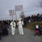 Deux personnages avec cartons contre nucléaire et gaz de schiste