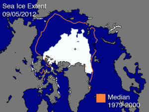 Ağustos 2012'de Kuzey Kutbu'nda buzla kaplı alan 4.72 milyon kilometrekareydi. İşaretli alan aynı ay için 1979-2000 yılları arasındaki orta değeri gösteriyor. Coğrafi Kuzey Kutbu siyah çarpı işaretiyle gösteriliyor. (Referans: Ulusal Kar ve Buz Verileri Merkezi)