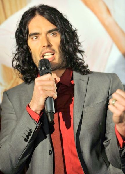 430px-Russell_Brand_Arthur_Premier_mike